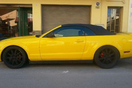 ford-mustang-amarillo-alquiler- vehiculos- escena -coches rodajes- sealand motion