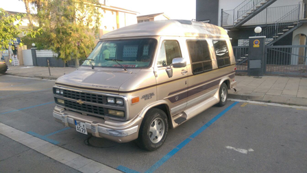 chevy-van-fugoneta-americana-dorada-vehiculos-escena-rodajes-cine-publicidad-eventos-sealand-motion