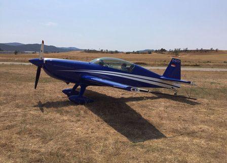 alquiler-avioneta-acrobatica-azul-extra-300-L-rodajes-sealand-motion-01