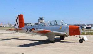 alquiler-avioneta-acrobatica-gris-naranja-Beech-T34-Mentor-ECJKM-rodajes-sealand-motion-01