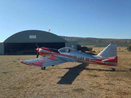 alquiler-avioneta-acrobatica-gris-y-roja-cap-10b-rodajes-sealand-motion-01