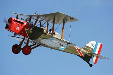 alquiler-avioneta-acrobatica-militar-replica-RAF-SESA-rodajes-sealand-motion-01
