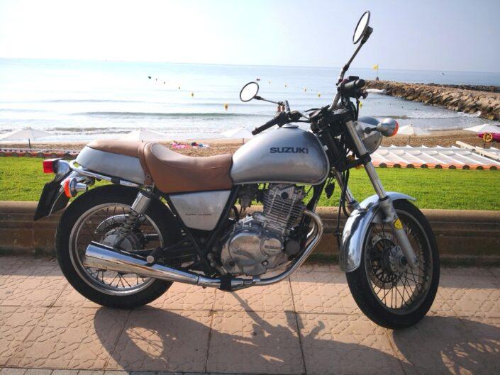 alquiler-moto-plateada-retro